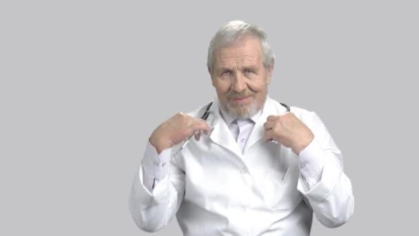 starší muž doktor s stetoskop