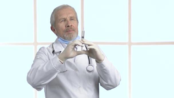 Vezető orvos fecskendővel, portré.