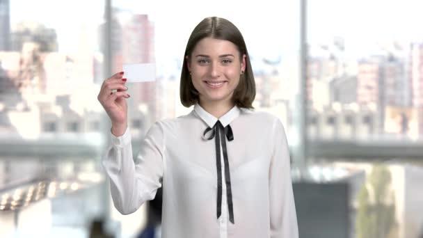 Fiatal üzleti nő, névjegykártya