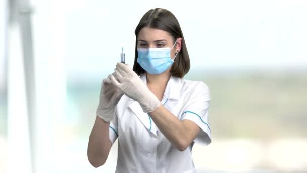 Zdravotní sestra s obličejovou maskou a stříkačku.
