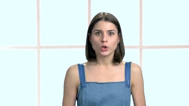 Portrét mladé ženy ukazující mlčení.