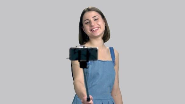 Mladá žena s monopod selfie