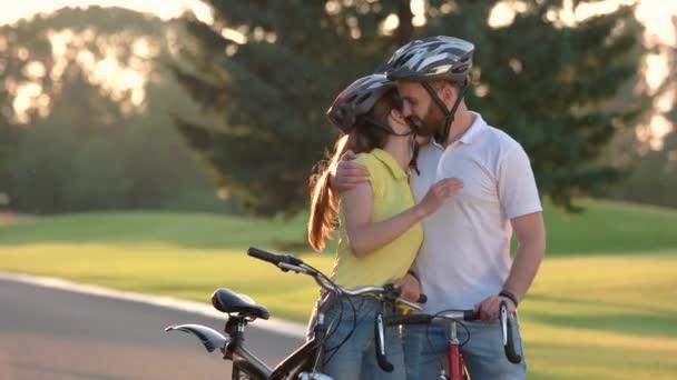 Mladý pár je turistická země silniční
