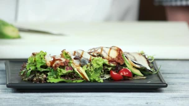 Salát s hlávkovým salátem a Úhoř říční.