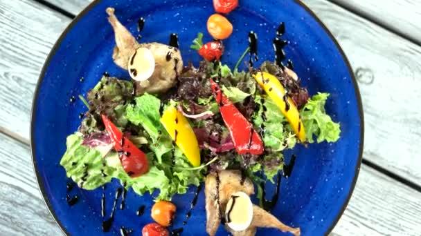 Pohled shora salát křepelka