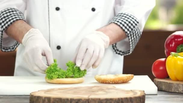 Kuchař, takže burger, zelenina