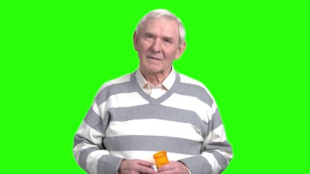 Usmíval se starý muž s can pilulky.