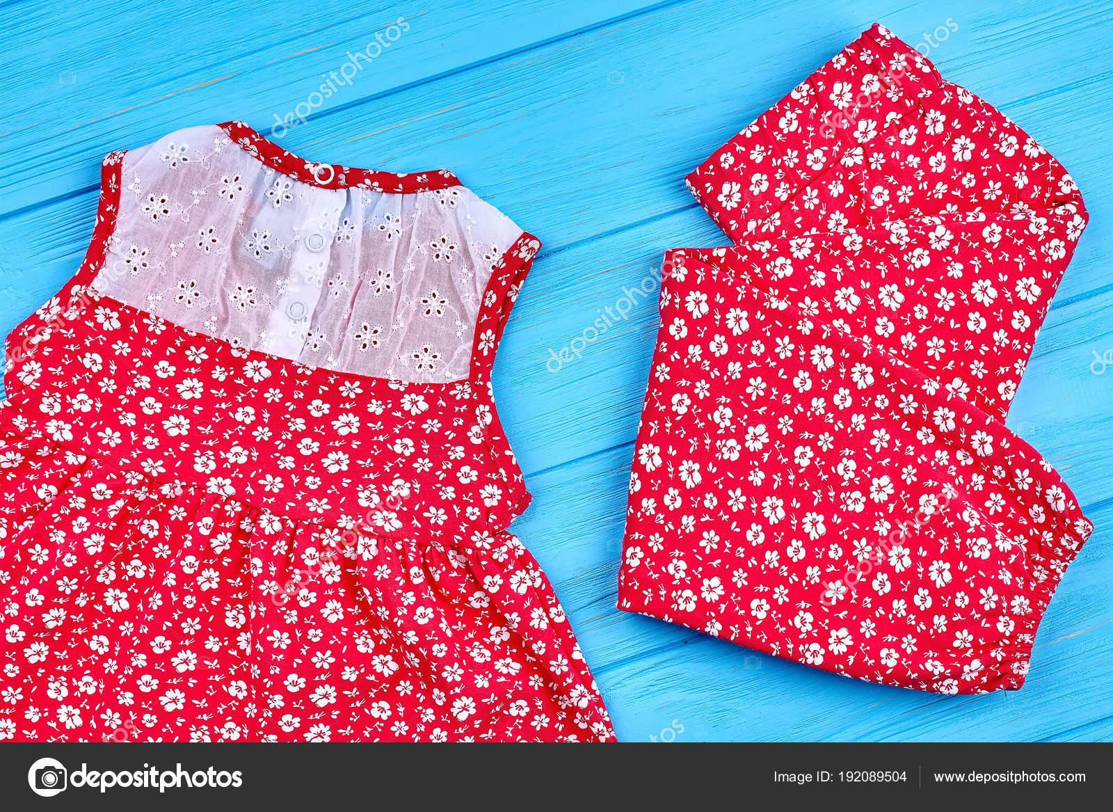 741dd790c3e Bebé niña pantalón y vestido. Traje de verano hermoso niño rojo sobre fondo  de madera. Ropa de verano niño natural — Foto de ...