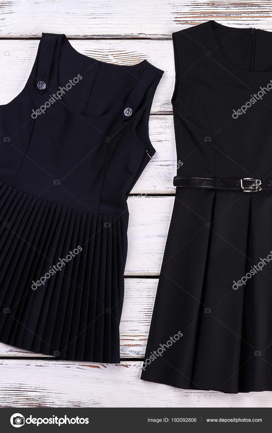 Vestidos Negros Clásicos De Escuela Chicas Foto De Stock