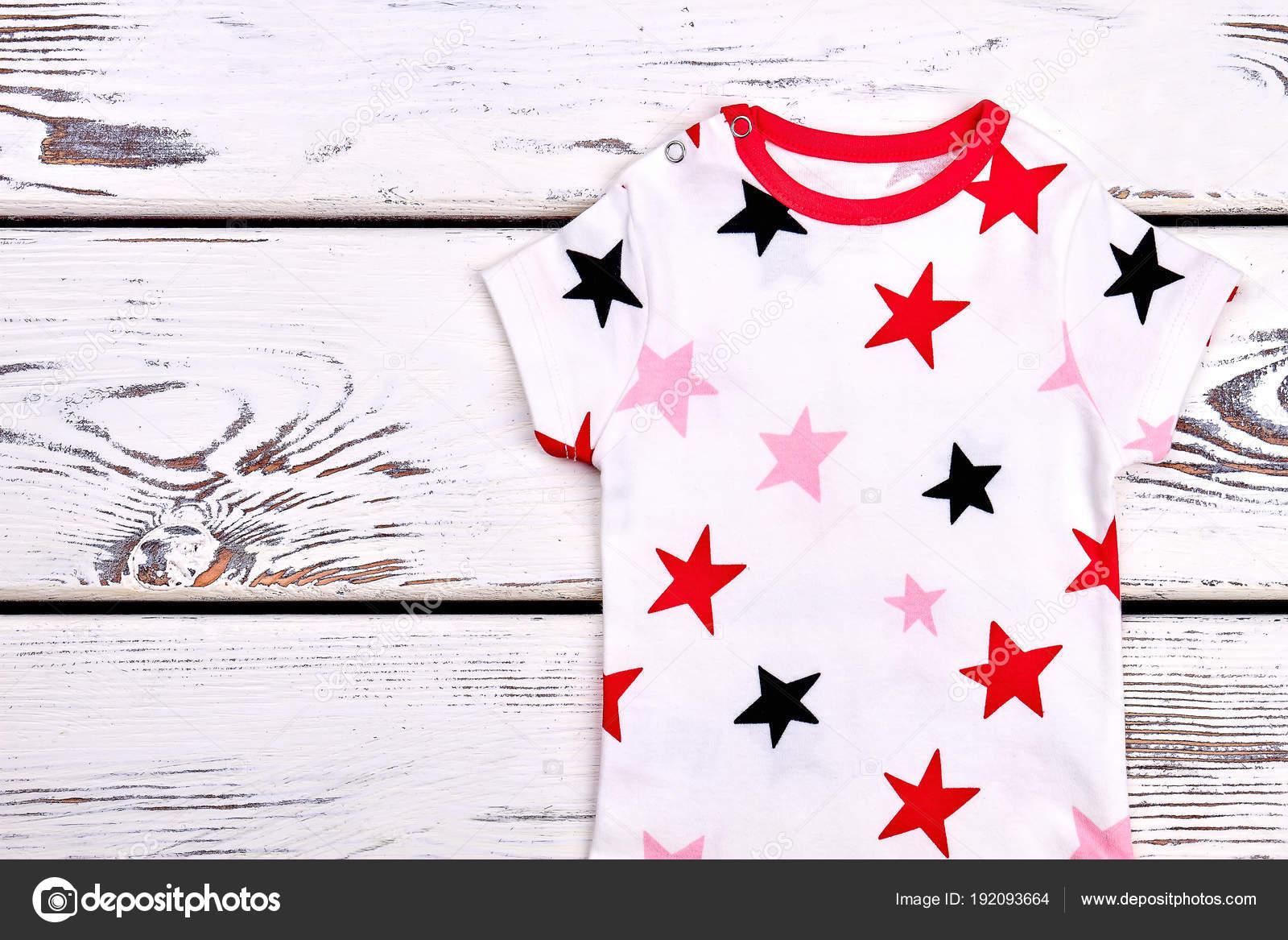 8ade44f60 Moda infantil niños diseño de camiseta. Bebé niño de manga corta impresa  nadaría en fondo blanco de madera — Foto de Denisfilm