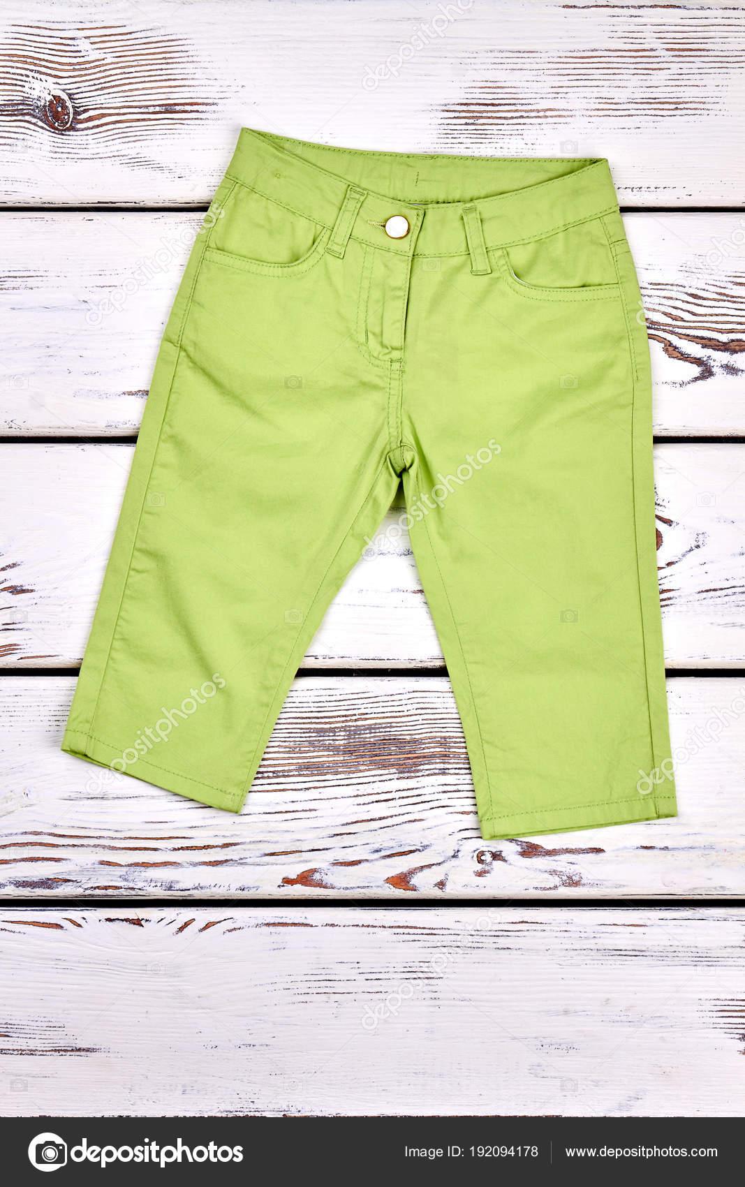9b648fa50a769 Baby neue grüne Sommerhose. — Stockfoto © Denisfilm #192094178
