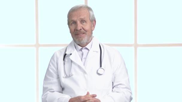 Vedoucí lékař mluví do kamery
