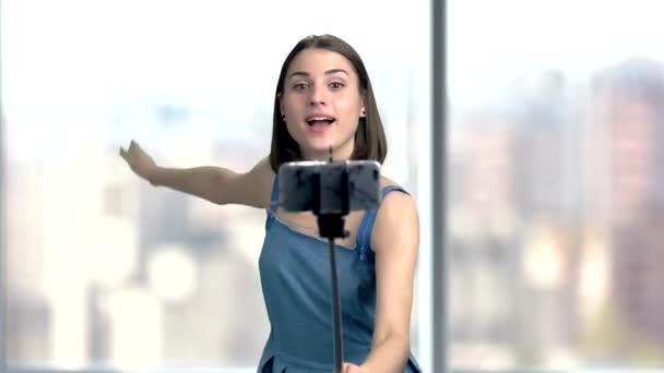 Bruneta žena selfie s monopod