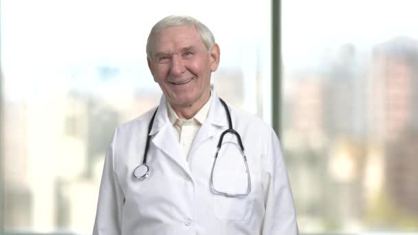 Čelní pohled Veselý senior lékař smíchy těžké