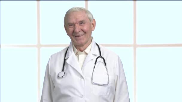 glücklich alte männliche Arzt in hellen Raum.