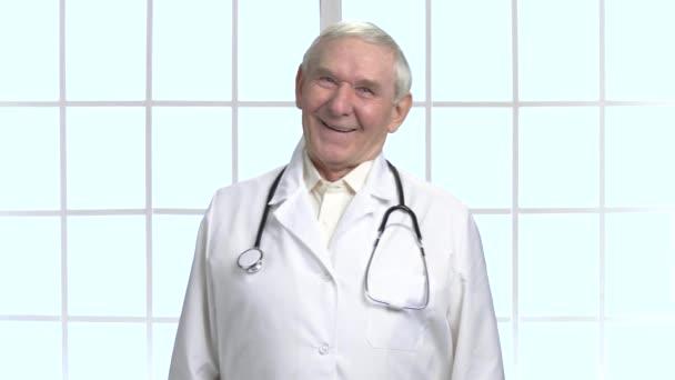 Erfahrener alter Oberarzt mit Stethoskop.