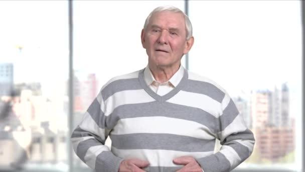 Strach, starší muž s žaludek bolet