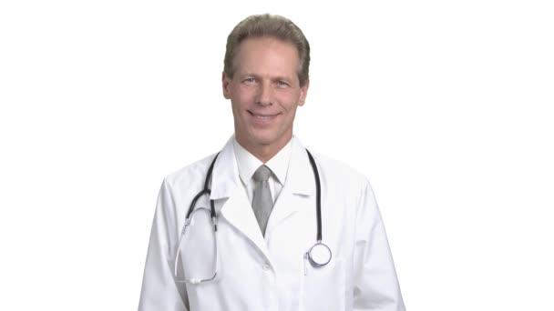 Veselý starší lékař usmívající se portrét
