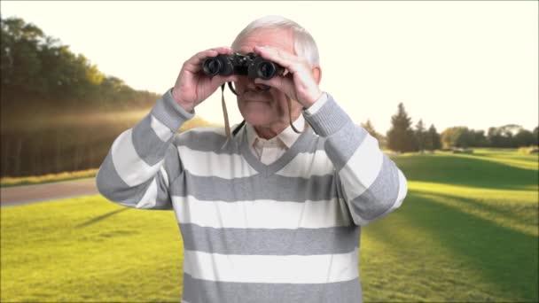 Nyugdíjas férfi távcső a szabadban.