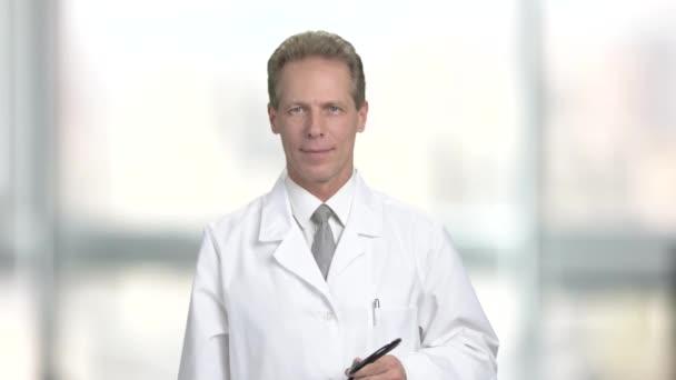 Happy starší doktor s stetoskop