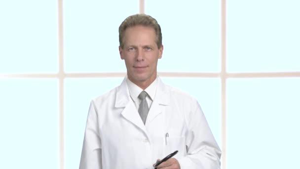 Pozitivní mužské doktor pořádku známek.
