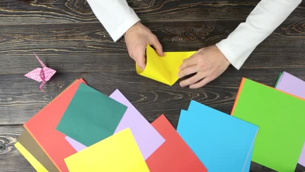 Male ruce skládací žlutý papír