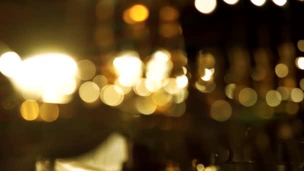 helle verschwommene Lichter in der Nacht.