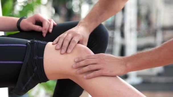 Dívku zraněnou tlapičku, během tréninku v tělocvičně