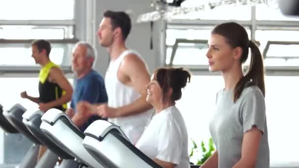Skupina lidí, trénink na běžeckém pásu.