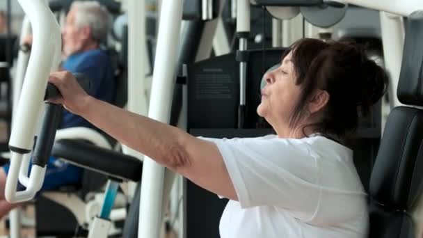 Ženské důchodce trénink v tělocvičně, boční pohled