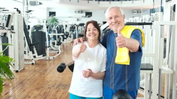 Šťastný pár seniorů ukázal palec nahoru