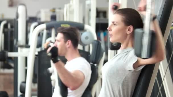 Hezká žena, která dělá cvičení na rovnej