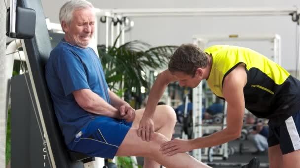 Starší muž cítit bolest v koleně
