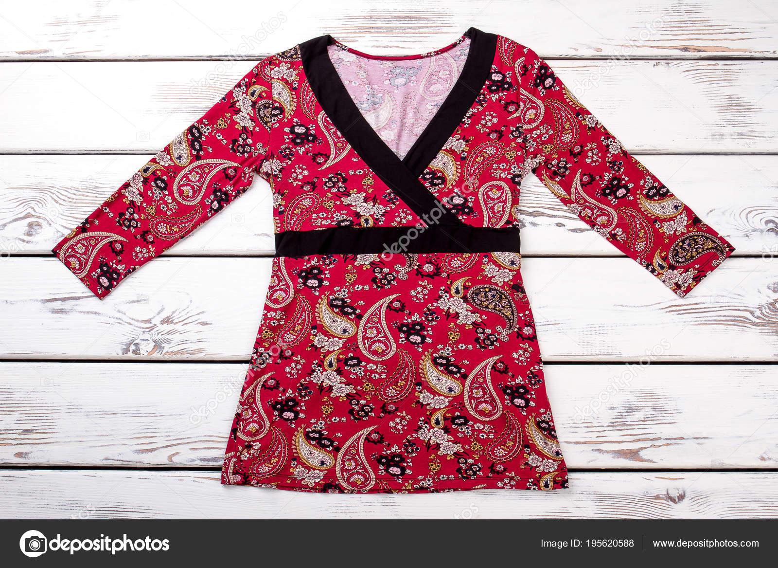 1c9fb5d16b Sudadera rojo con patrón de flores. Camiseta mujer rojo con estampado  floral. Ropa de outlet de mujer en venta — Foto de ...