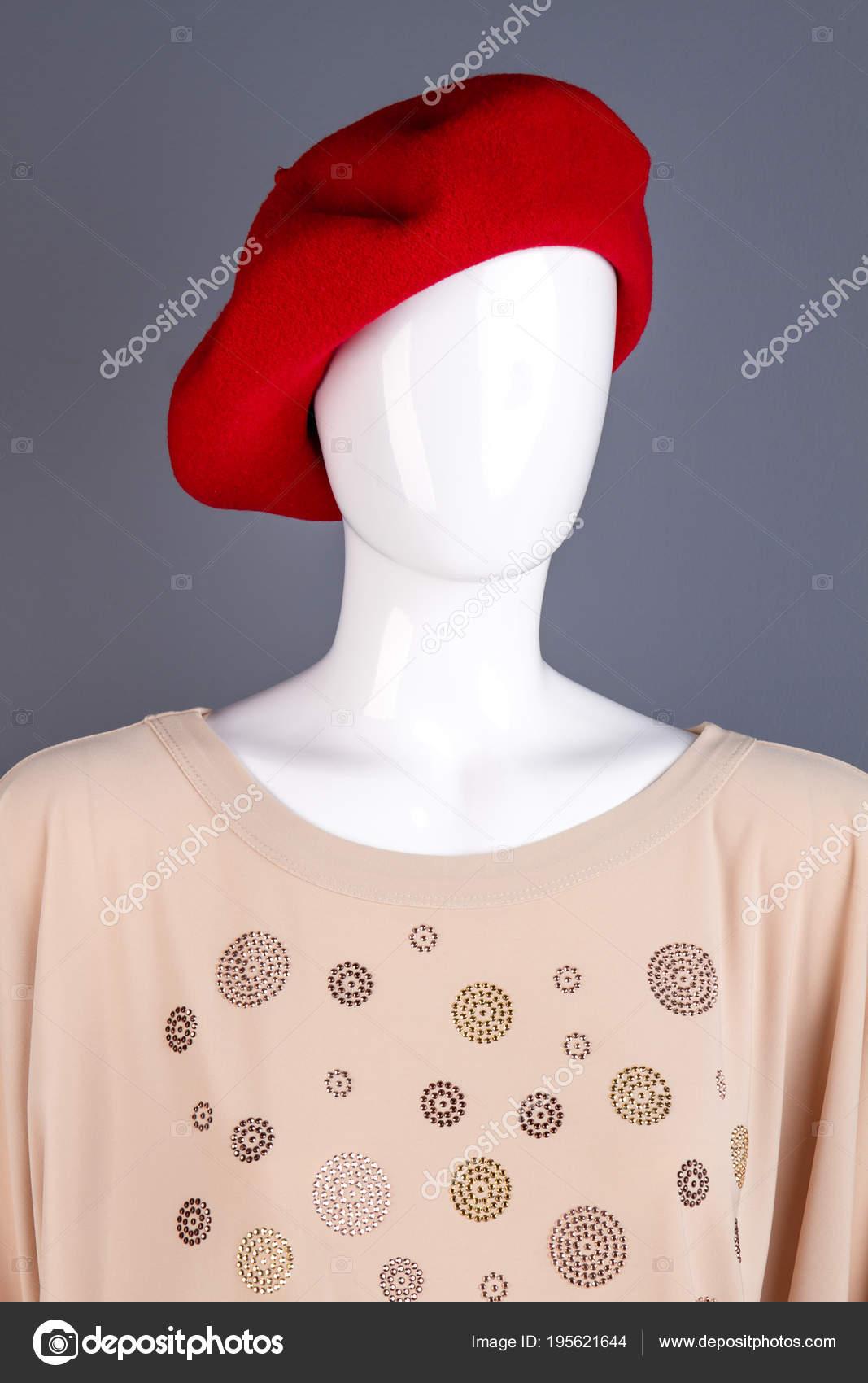 3412af84b9ac4 Retrato de manequim na boina vermelha francesa. Manequim vestindo blusa  elegante feminina. Conceito de moda e estilo — Fotografia por ...