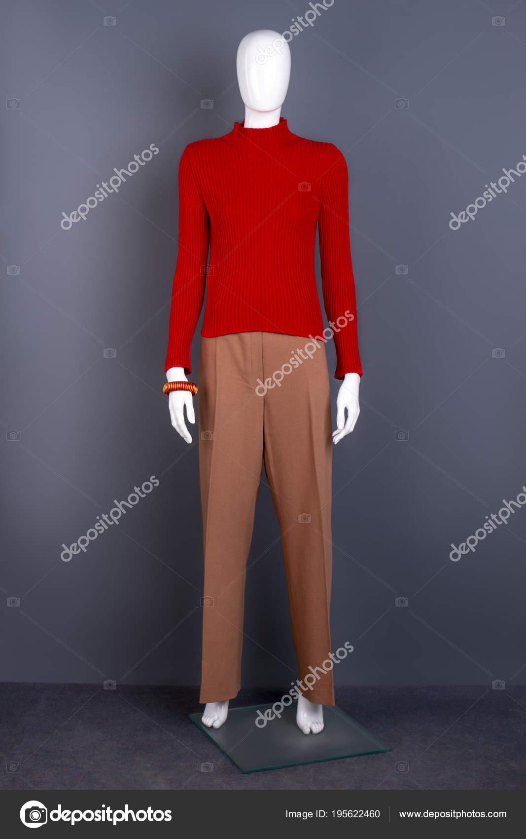 Vrouwelijke etalagepop in rode trui en broek. — Stockfoto