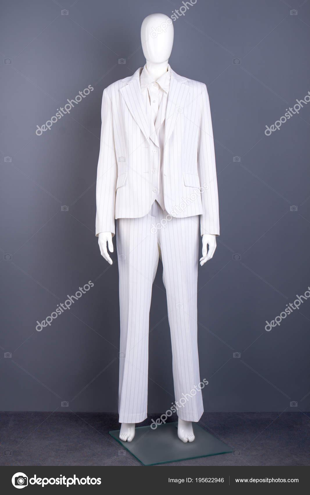 79dcb7b44 Maniquí de mujer blazer blanco y pantalones. Traje de estilo formal para  damas, gris de fondo. Estilo de moda femenina — Foto de Denisfilm