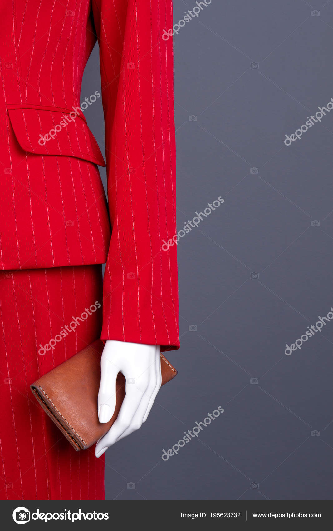 cheap for discount 79407 ef2dc Rossi vestiti eleganti e portafoglio marrone — Foto Stock ...
