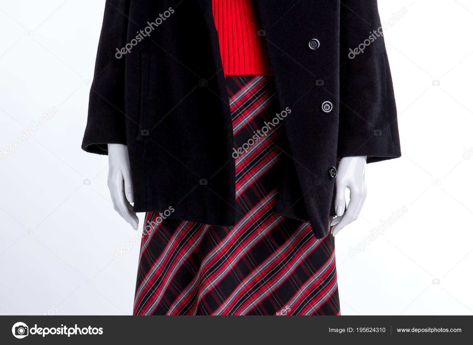 804cadc922 Cerca de capa negra y falda estampada. Maniquí en el abrigo de las mujeres