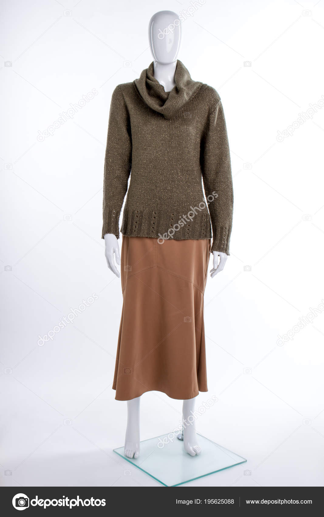 b599ca3bad31 Χακί ζιβάγκο πουλόβερ σε θηλυκά μανεκέν — Φωτογραφία Αρχείου ...