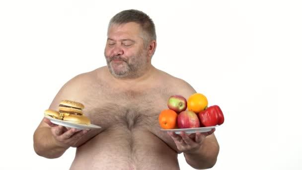 Dicke Kerle wählen zwischen Sandwich und Obst.