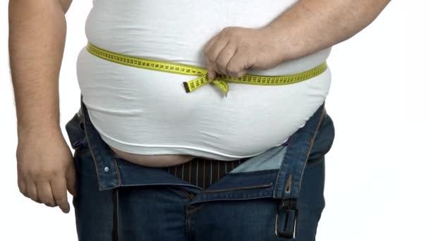 Kövér ember ellenőrizze a testét egy mérőszalaggal..