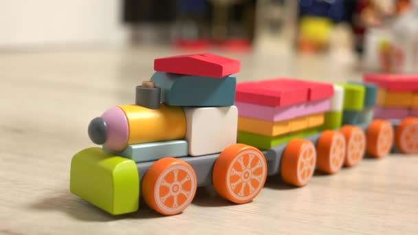 Childs dřevěný vlak hračka na podlaze.