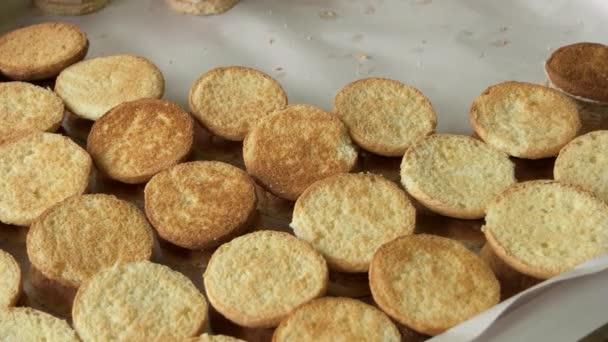 Čerstvě upečené sušenky v pekárně.