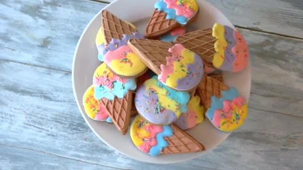 Sušenky ve tvaru zmrzliny s polevou.