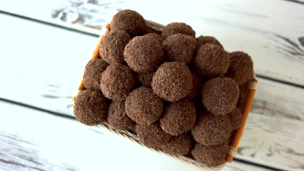 Čokoládové kuličkové sušenky v košíku.