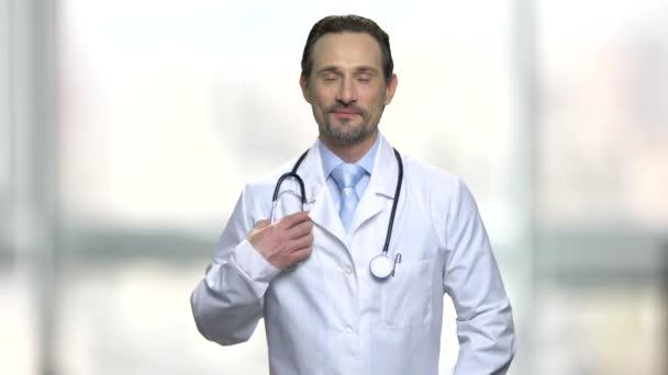 portrét smějící se lékaře se stetoskopem.