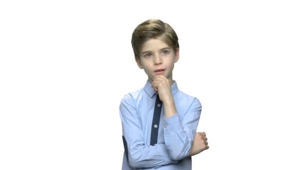 Roztomilý myslící chlapec na bílém pozadí.