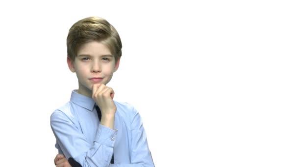 Portrét přemýšlivého chlapce na bílém pozadí.