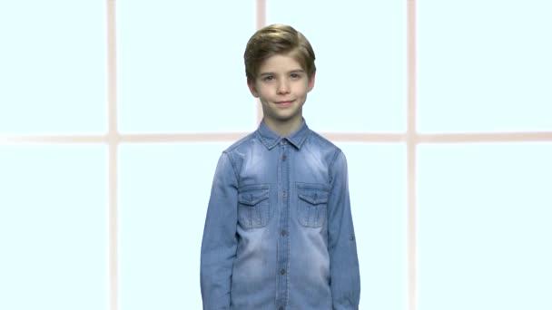 Chlapeček v džínové bundě s nápisem OK.